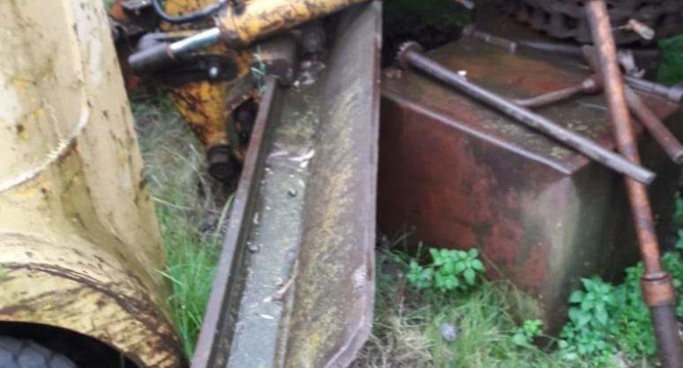 Espejo, mesa, cilindros hidráulicos, escarificador trasero y banco de comandos hidráulicos de Huber 225