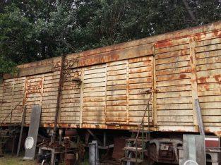 Vagón de ferrocarril de trocha ancha.. completo con boguis