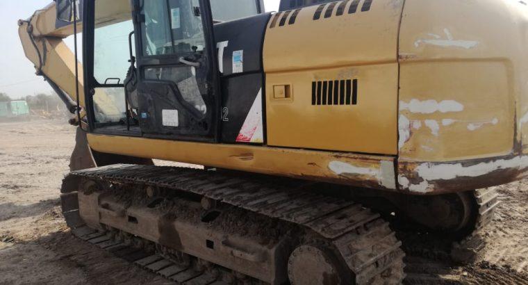 Retro excavadora sobre orugas Cat 320d2