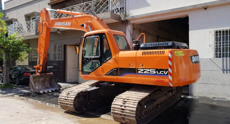 EXCAVADORA SOBRE ORUGAS DOOSAN 225 LCV año 2008 con 5700 horas.
